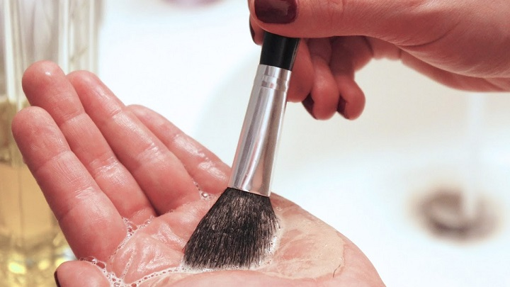 como limpiar brochas maquillaje